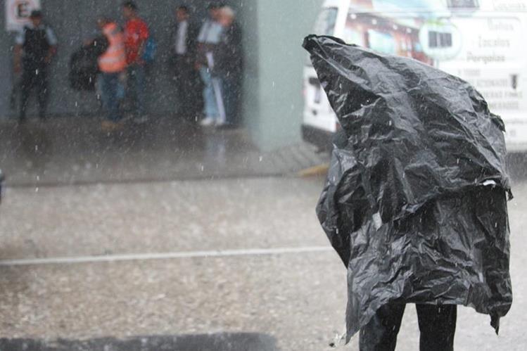 La lluvia podría mantenerse hasta el fin de semana señala Insivumeh. (Foto Prensa Libre: Estuardo Paredes)