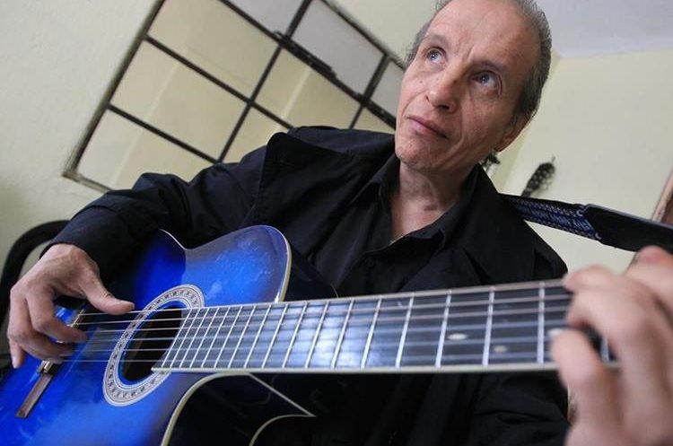 """""""El Sombra"""" ha grabado 48 canciones, pero afirma tener escritas alrededor de 200. Foto Prensa Libre: Esbin García."""