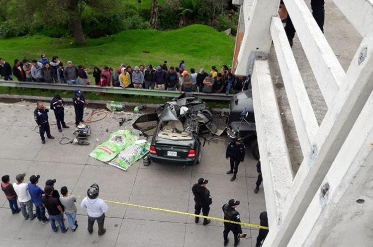 Los socorristas trabajaron durante 30 minutos para rescatar los cuerpos. (Foto Prensa Libre: Cortesía Víctor Chamalé)