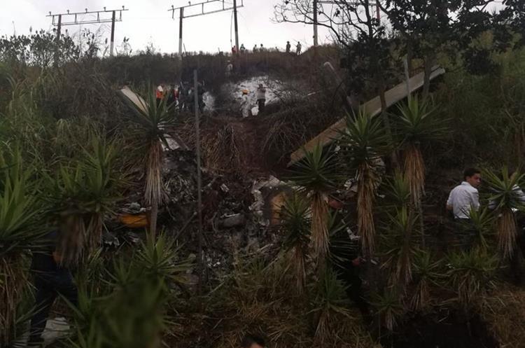 """""""Con la colaboración de los vecinos y agentes de PNC rescataron con vida a los dos tripulantes, quienes fueron trasladados a un centro asistencial"""", dio a conocer la Policía Nacional Civil (PNC)"""