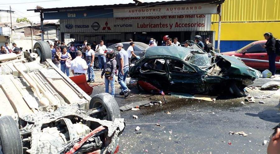 Varios vehículos volcaron. (Foto Prensa Libre: Muni de Mixco)