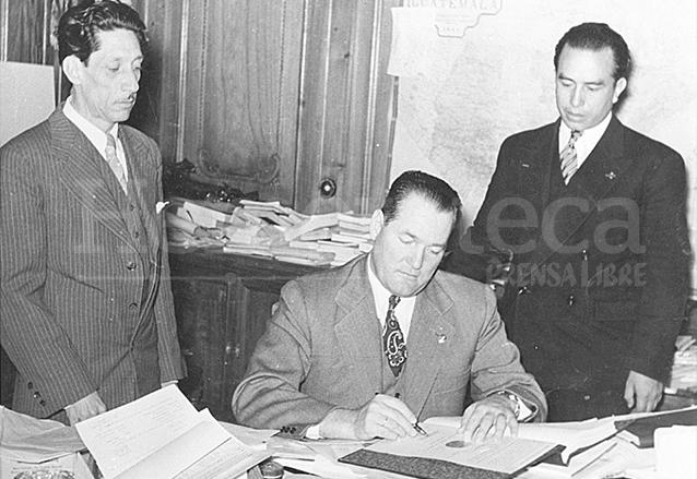 El presidente Arévalo firmando el decreto que creaba el Código de Trabajo. (Foto: Hemeroteca PL)