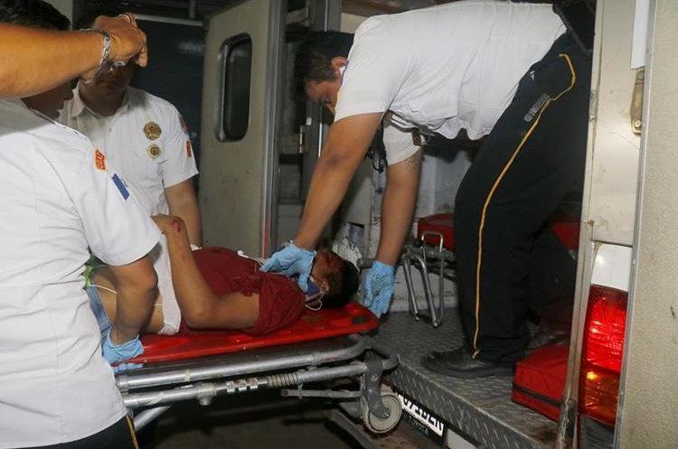 Edy López de 18 es ingresado al Hospital Nacional de Retalhuleu por Bomberos Voluntarios. (Foto Prensa Libre: Rolando Miranda)
