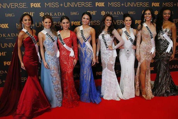 Miss Guatemala, Virginia Argueta, junto a otras de las 86 candidatas, durante la alfombra roja, en la víspera de la coronación, en Filipinas. (Foto Prensa Libre, AP)
