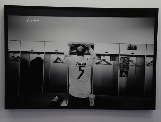 El francés Philippe Bordás inauguró este miércoles en el Instituto Francés de Madrid una exposición de fotografías de Zinedine Zidane. (Foto Prensa Libre: Internet)