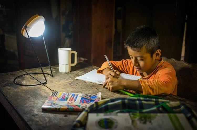 Las lámparas solares busca que los costos de estas sean accesibles a las familias guatemaltecas.