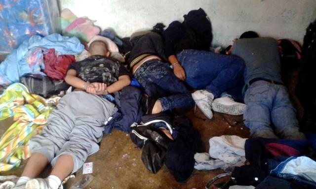 Los capturados fueron engrilletados por agentes de la policía. (Foto Prensa Libre: PNC)