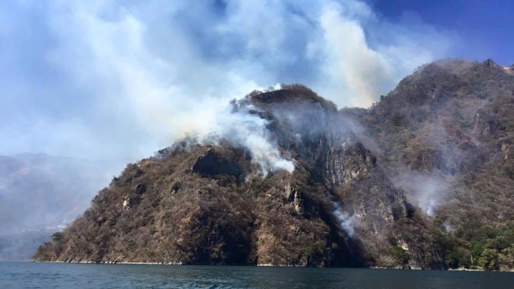 Vista del incendio que amenaza a Santa Cruz La Laguna. (Foto Prensa Libre:  Estela Simaj).