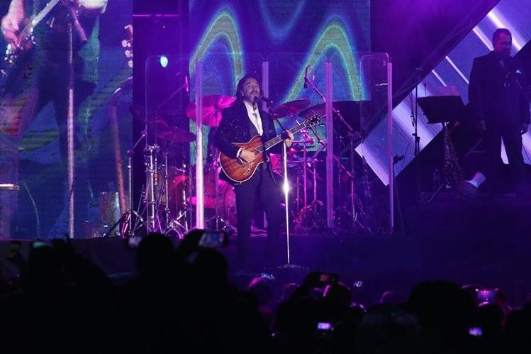 Durante dos horas y 20 minutos, Marco Antonio Solís deleitó a su público con sus mejores éxitos, que fueron coreados de principio a fin.(Foto Prensa Libre: Raúl Juárez)