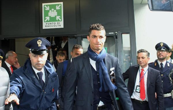 Cristiano Ronaldo en su llegada a Italia, donde el miércoles enfrentará a la Roma por la Champions. (Foto Prensa Libre: EFE)