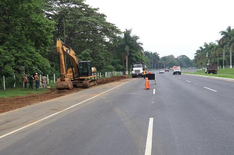Maquinaria realiza movimiento de tierra para la ampliación y construcción del carril exprés. (Foto Prensa Libre: Enrique Paredes)