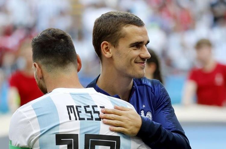 Lionel Messi y Antoine Griezmann se saludan antes del partido. (Foto Prensa Libre: EFE)