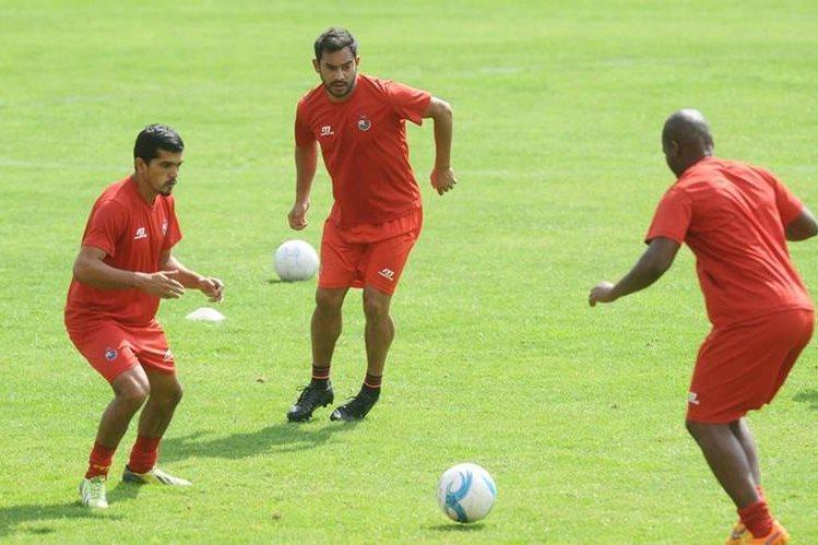 Carlos Ruiz durante el entrenamiento de ayer antes del partido de este miércoles contra la USAC. (Foto Prensa Libre: Francisco Sánchez)