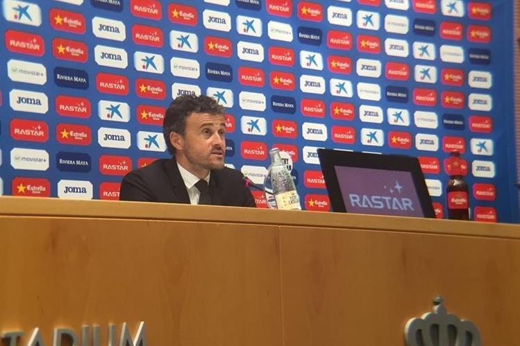 El técnico del Barcelona, Luis Enrique, habla en conferencia de prensa luego del empate contra el Espanyol. (Foto Prensa Libre: Twitter FC Barcelona)