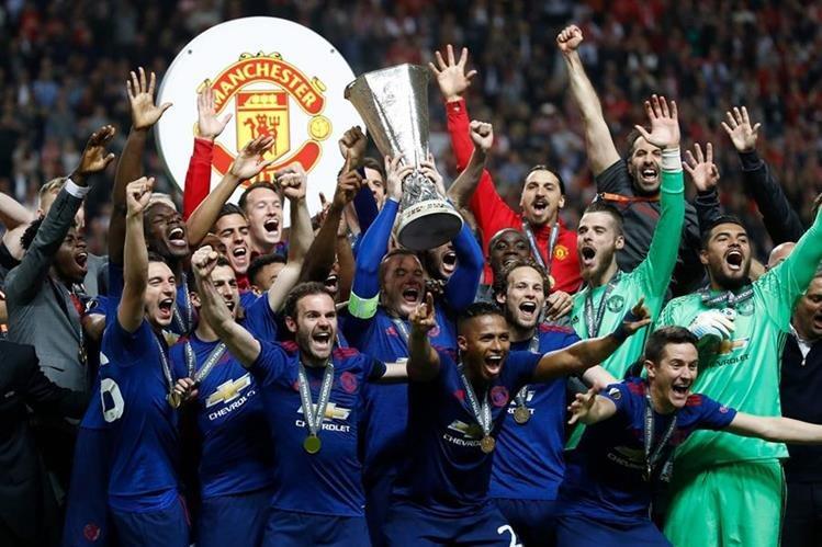Los jugadores del United festejan con la copa del la Europa League. (Foto Prensa Libre: AFP)