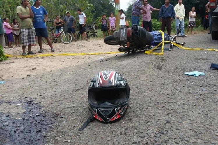 Un accidente de tránsito entre una motocicleta y un automóvil dejó una persona muerta y otra herida en Escuintla. (Foto Prensa Libre: Enrique Paredes)