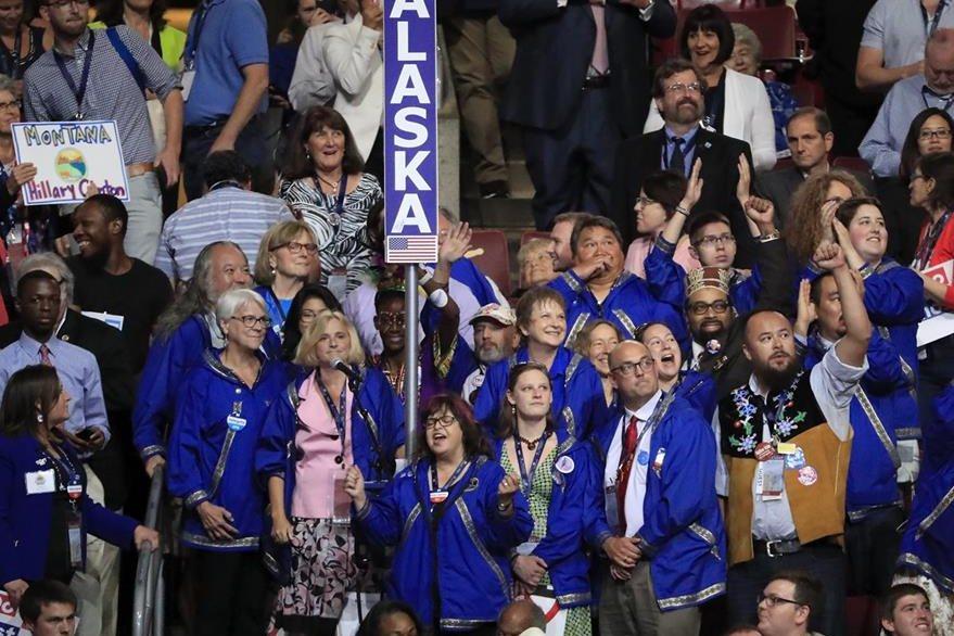 Delegados por Alaska votan en el segundo día de la Convención Nacional Demócrata. (Foto Prensa Libre: EFE).