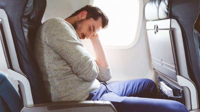 El jet lag ocurre cuando el ciclo del sueño no coincide con el periodo nocturno al que el cuerpo está acostumbrado. (iStock/Getty Images).