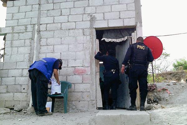 Agentes de  la PNC revisan un inmueble en la aldea Loma del Viento, Zacapa, en donde encontraron partes de motocicletas. (Foto Prensa Libre: Víctor Gómez)