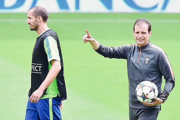 El entrenador de la Juventus, Massimiliano Allegri junto al jugador Giorgio Chiellini durante el entrenamiento del pasado lunes. (Foto Prensa Libre: EFE)