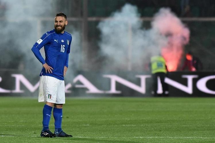 El partido entre Italia y Albania se detuvo al minuto 57. (Foto Prensa Libre: AFP)