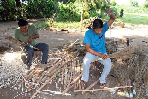 Artesanos utilizan palma de cocotero para elaborar escobas - Escobas de palma ...