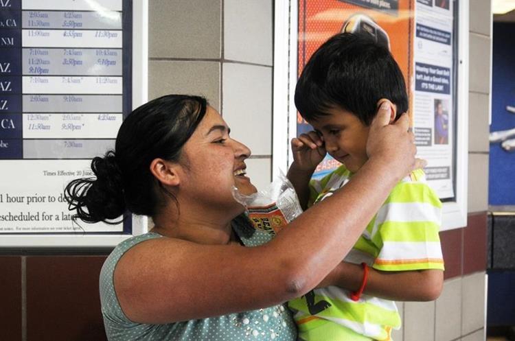 Indocumentada guatemalteca Mircy Alba López se reúne con su hijo Eder Galicia de tres años que demora en reconocerla. (EFE)