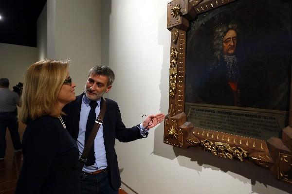 La alcaldesa de San Juan, Carmen Yulin Cruz (i), y el vicecomisario de la exhibición de la Real Academia Española, Carlos Domínguez- (Foto Prensa Libre: EFE)
