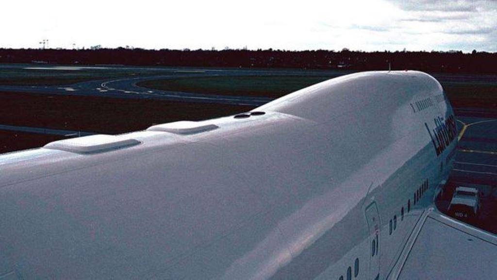 """Lufthansa fue una de las primeras aerolíneas internacionales en ofrecer wifi en sus vuelos. Esta foto de 2003 deja ver las placas cuadradas blancas en la parte de arriba del fuselaje que cubren los """"routers"""" del avión. (GETTY IMAGES)"""