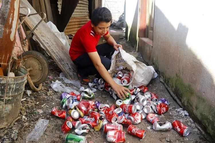 Esvin Estuardo López recolecta latas de aluminio en Retalhuleu, con lo que costea sus estudios. (Foto Prensa Libre: Rolando Miranda)