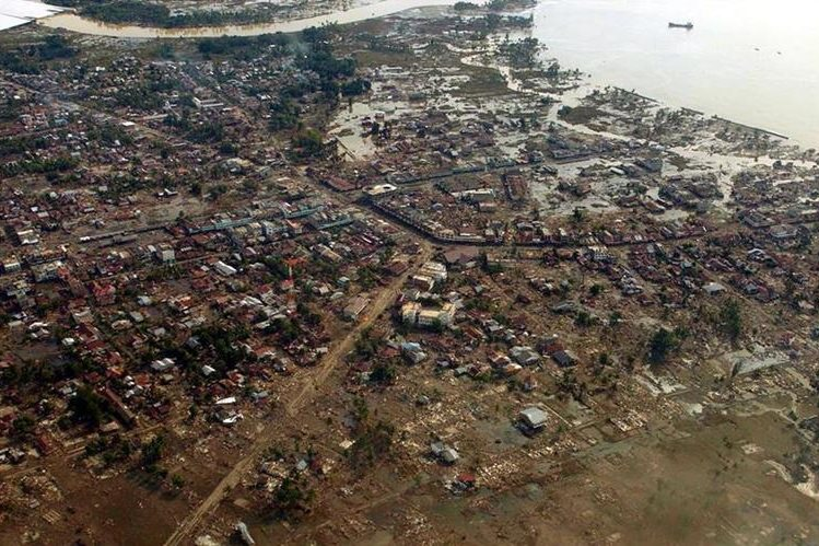 Vista aérea sobre West Aceh, Indonesia luego del tsunami que provocó estragos el 26 de diciembre de 2004. (Foto: AP)
