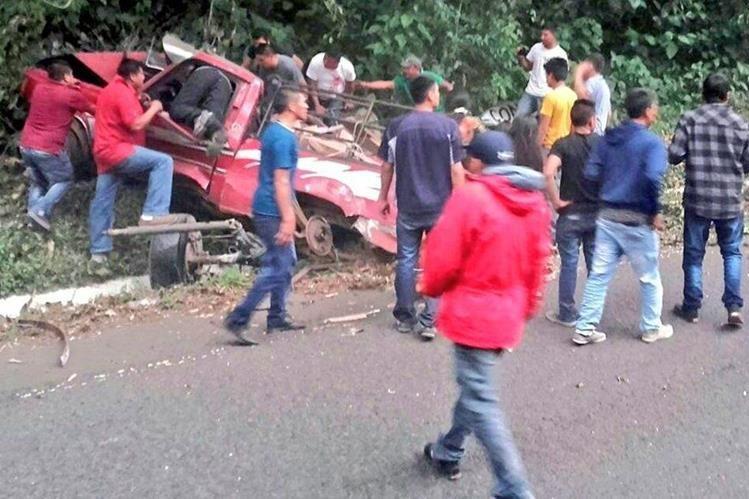 El picop tuvo una falla en los frenos y chocó contra un paredón en la ruta entre Quetzaltenango y Retalhuleu. (Foto Prensa Libre. CRG)