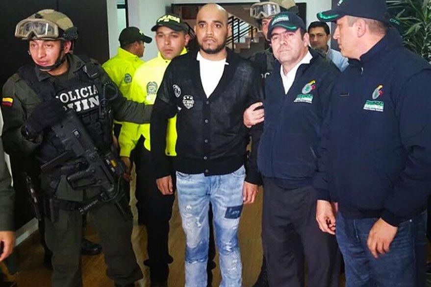 Gerson Gálvez (centro), un peligrosos criminal peruano, fue capturado en Colombia. (Foto Prensa Libre:  AFP).