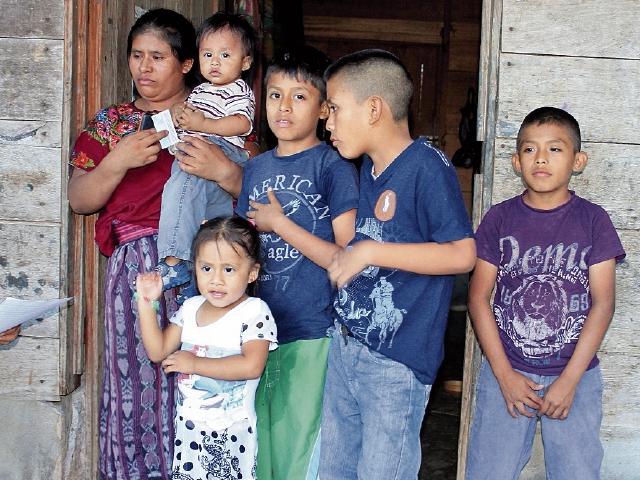 Hermelinda Sapón Yax, junto a cinco de   sus   hijos, vive  en el barrio Betel, San Luis. (Foto Prensa Libre: Walfredo Obando).
