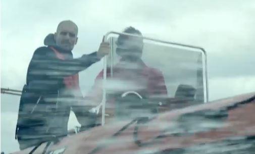 Pep Guardiola se solidariza con los refugiados y muestra su apoyo. (Foto Prensa Libre: Twitter ProactivaOpenArms)