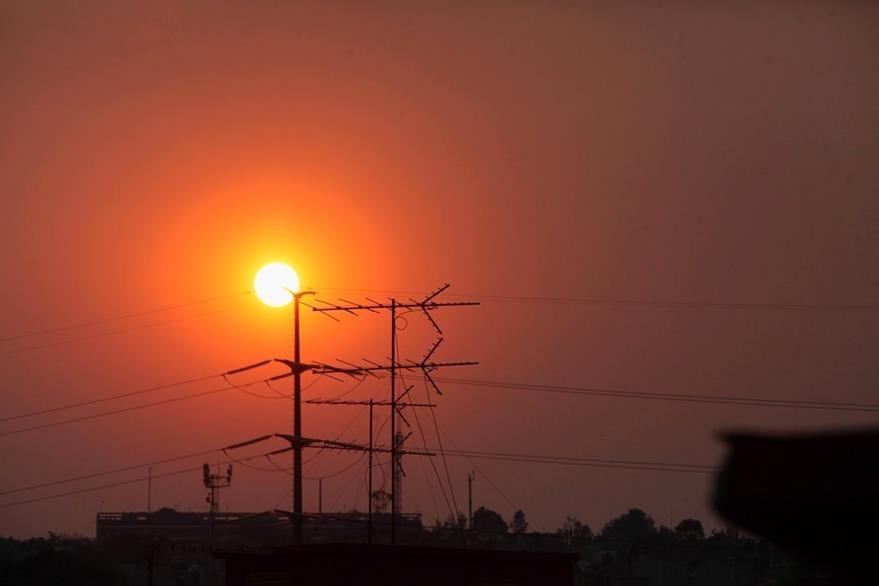 El sol cae en una cotaminada Ciudad de México. (Foto Prensa Libre: EFE).