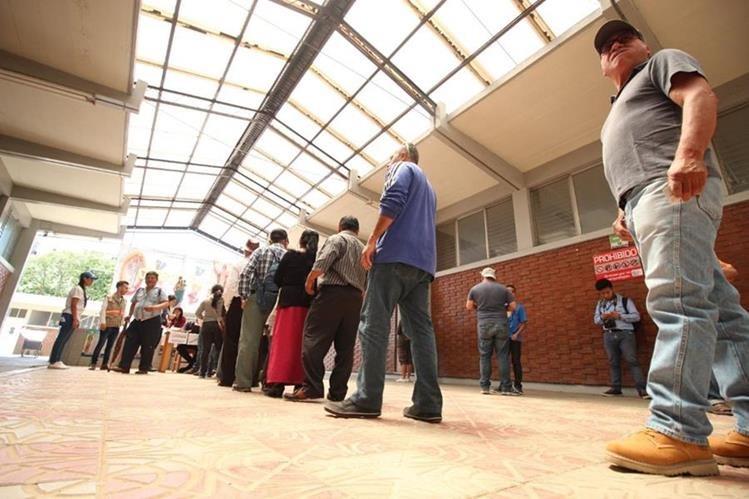 Guatemaltecos hacen fila para emitir su voto. (Prensa Libre)