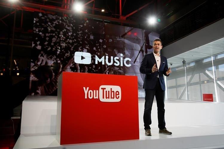 Robert Kyncl, director de negocios de YouTube, presenta el nuevo servicio de suscripción. (Foto Prensa Libre: AP)