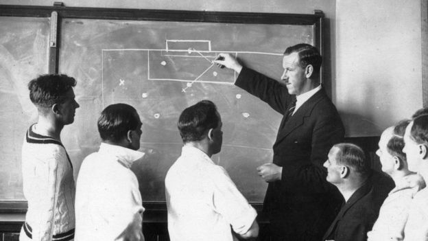El fuera de juego ha sido una de las reglas más polémicas y más difíciles de entender del futbol. (Getty Images)