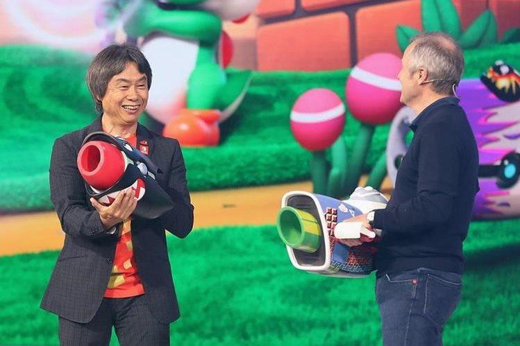 Shigeru Miyamoto (i), reconocido representante de Nintendo junto a Yves Guillemot, cofundador de Ubisoft (Foto Prensa Libre: AFP).