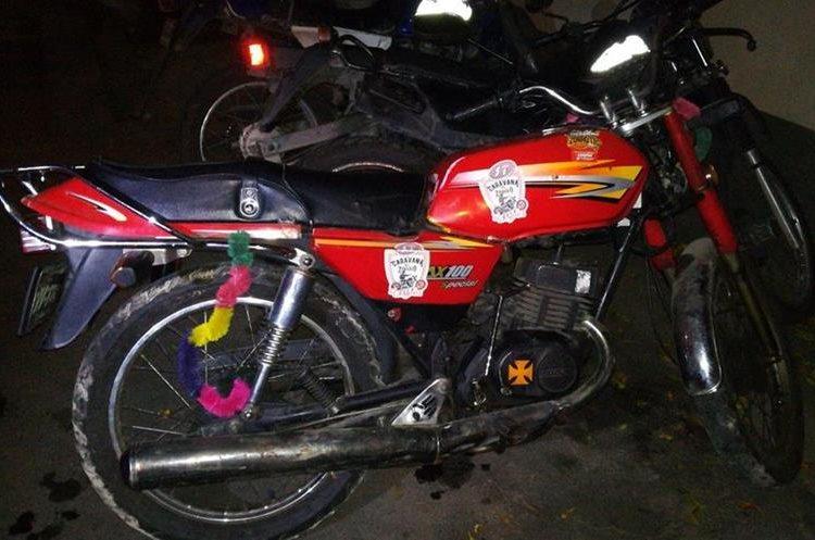 Motocicleta en la que se transportaba Álvaro Ignacio Aguirre Canté al momento de ser capturado. (Foto Prensa Libre: PNC).