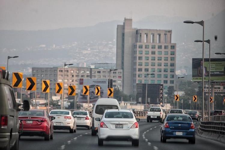 Vehículos transitan por una autopista en la Ciudad de México. (Foto Prensa Libre: EFE).
