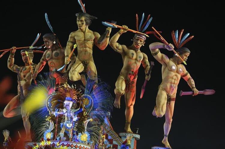 BRA57. SAO PAULO (BRASIL), 06/02/2016.- Una integrante de la escuela de samba del Grupo Especial Pérola Negra desfila hoy, sábado 6 de febrero de 2016, en la celebración del Carnaval de Sao Paulo, en el sambódromo de Anhembí en Sao Paulo (Brasil). EFE/SEBASTIÃO MOREIRA