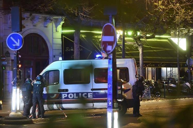 Policía resguarda el ingreso del teatro Bataclán. (Foto Prensa Libre: AFP)