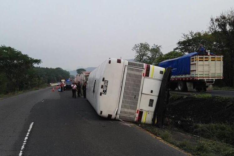 Autobús vuelca en el km 73 de la ruta de Escuintla a Siquinalá, donde cuatro personas resultaron heridas. (Foto Prensa Libre: Carlos E. Paredes)