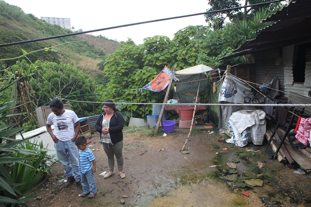 La familia Rojas vive en zona de alto riesgo en la colonia Lo de Bran 3, en la zona 6 de Mixco. (Foto Prensa Libre: Érick Ávila)