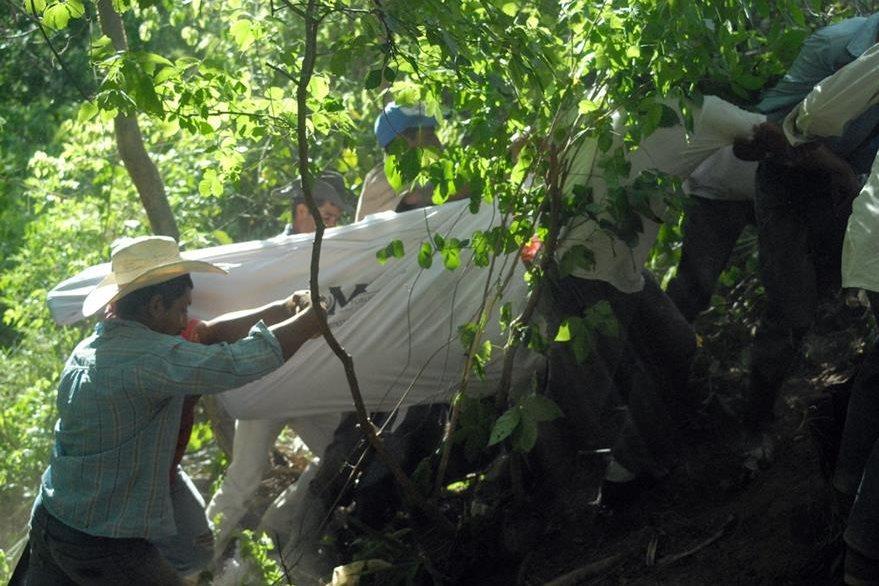 Cuerpo de estudiante ultimado es rescatado del fondo de un barranco en Sansare, El Progreso. (Foto Prensa Libre: Hugo Oliva)