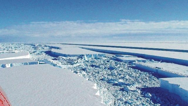 Desprendimiento de una enorme capa de hielo en la Antártida. Científicos aseguran que el calentamiento global hará que los glaciares se derritan con mayor facilidad lo que provocaría un aumento imparable del nivel del mar y ello derivaría en el desaparecimiento de poblados costeros. (Foto Prensa Libre: Hemeroteca PL).
