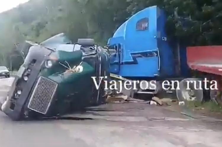 Los dos tráileres que chocaron en el km 415 de la ruta a Flores. (Foto Prensa Libre: Tomada de Twitter @Viajeroenrutas