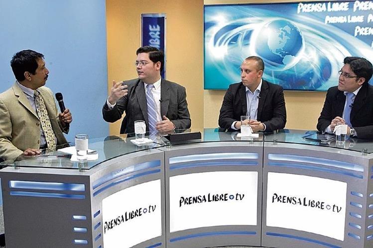 los analistas Diego Marroquín y Pedro Cruz —al centro— conversan con el editor Gustavo Montenegro y el periodista José Manuel Patzán, en el programa Diálogo Libre.
